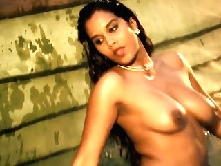 Bollywood Indian Stunner So Inviting